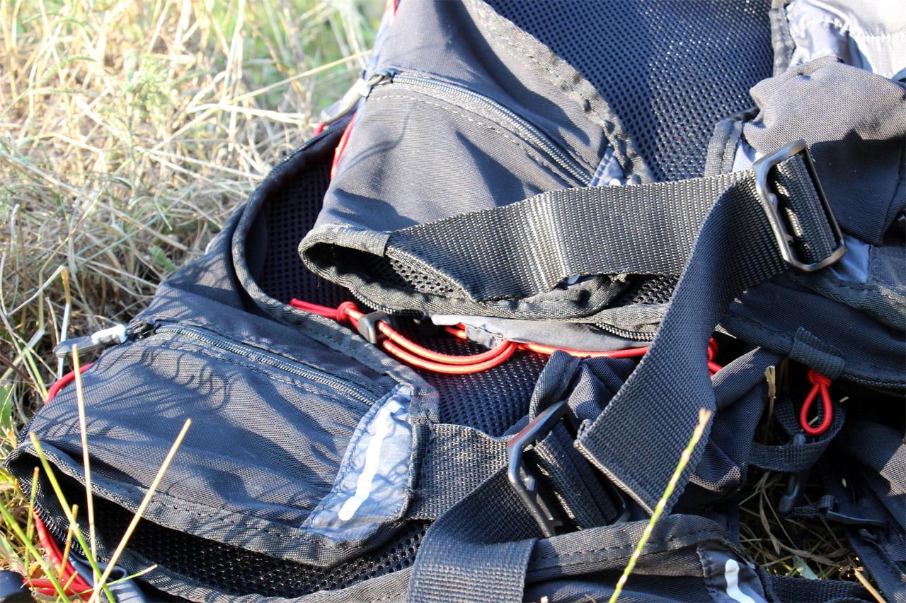 Dole je môj batoh s originálnou konštrukciou popruhov, hore Katkin s popruhom prešitým kvôli skráteniu