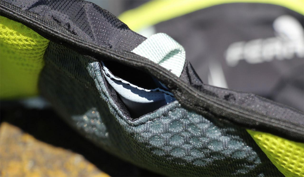 Ferrino X-track vest - otvor na spodku