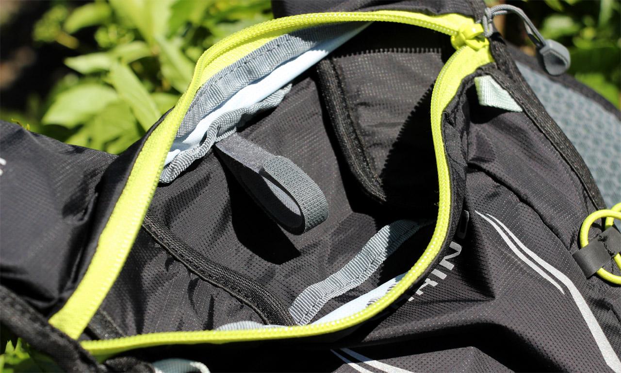 Ferrino X-track vest - suchý zips na uchytenie hydrovaku