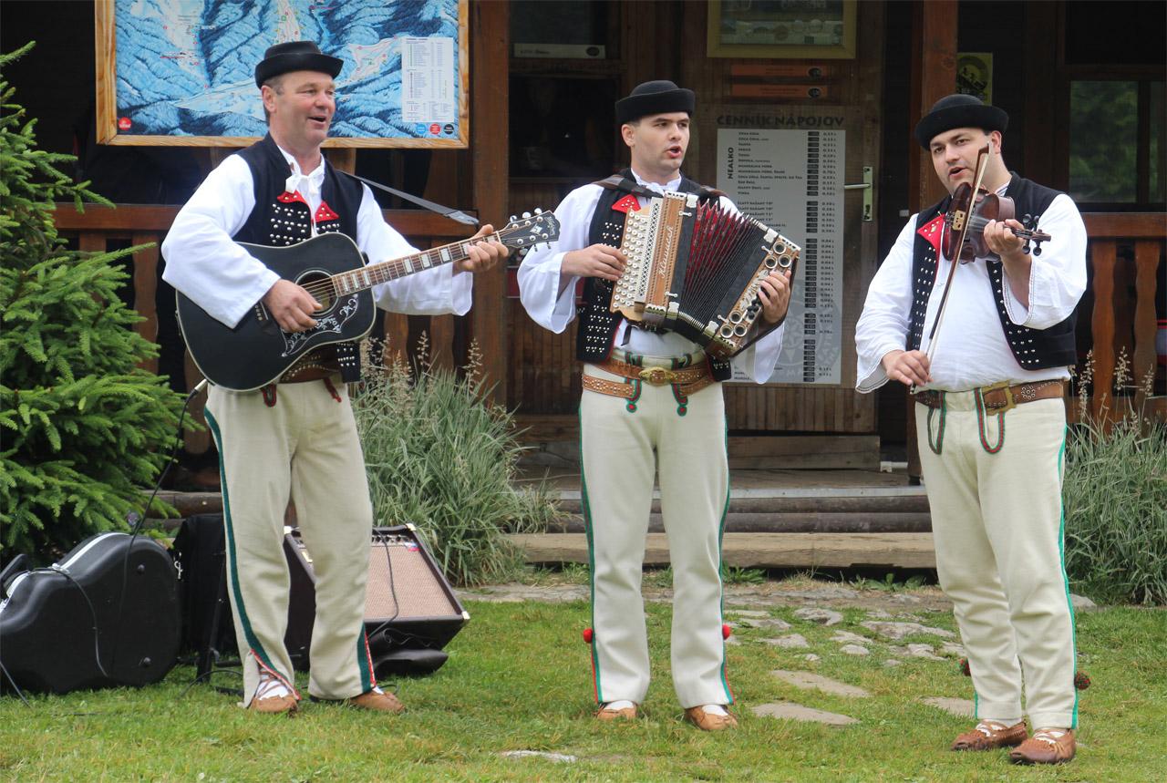 Beh na poludňový grúň, O zábavu sa tradične starali aj ľudoví muzikanti - Ľudová hudba spod Sokolia