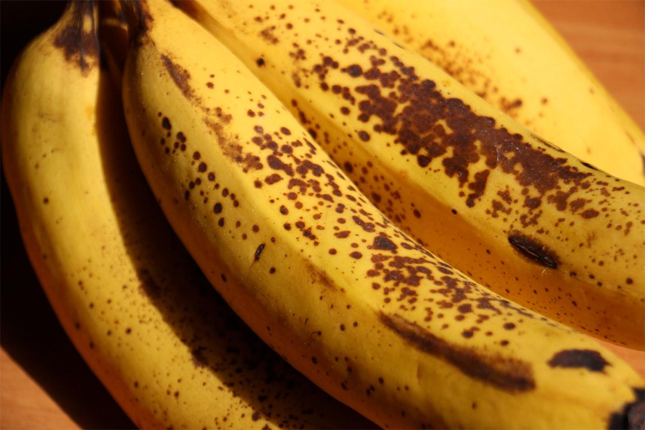 Takto vyzerajú dozreté banány, tie hnedé bodky nie sú žiadna hniloba ani pleseň, ale proces cukornatenia a dozrievania ...