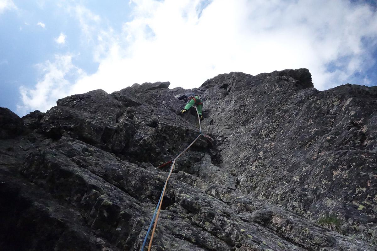 Velická stena cesta cez Výlom,, Šuter lezie piatu dĺžku, Vysoké Tatry