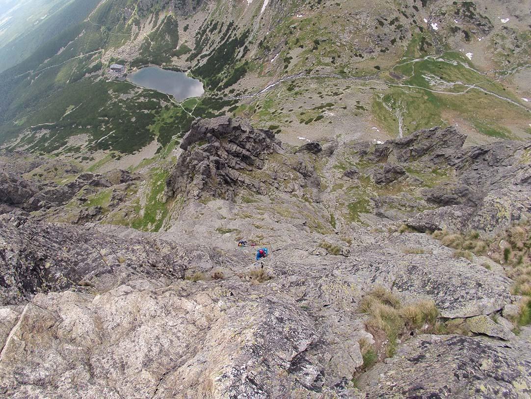 Velická stena cesta cez Výlom, Tommy lezie k druhemu štandu