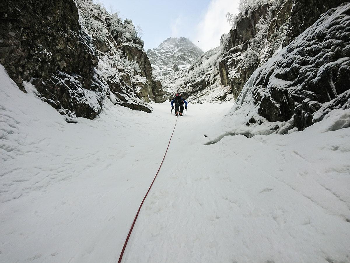 Veľký Mlynárov žľab tretia dĺžka, súbežne lezenie