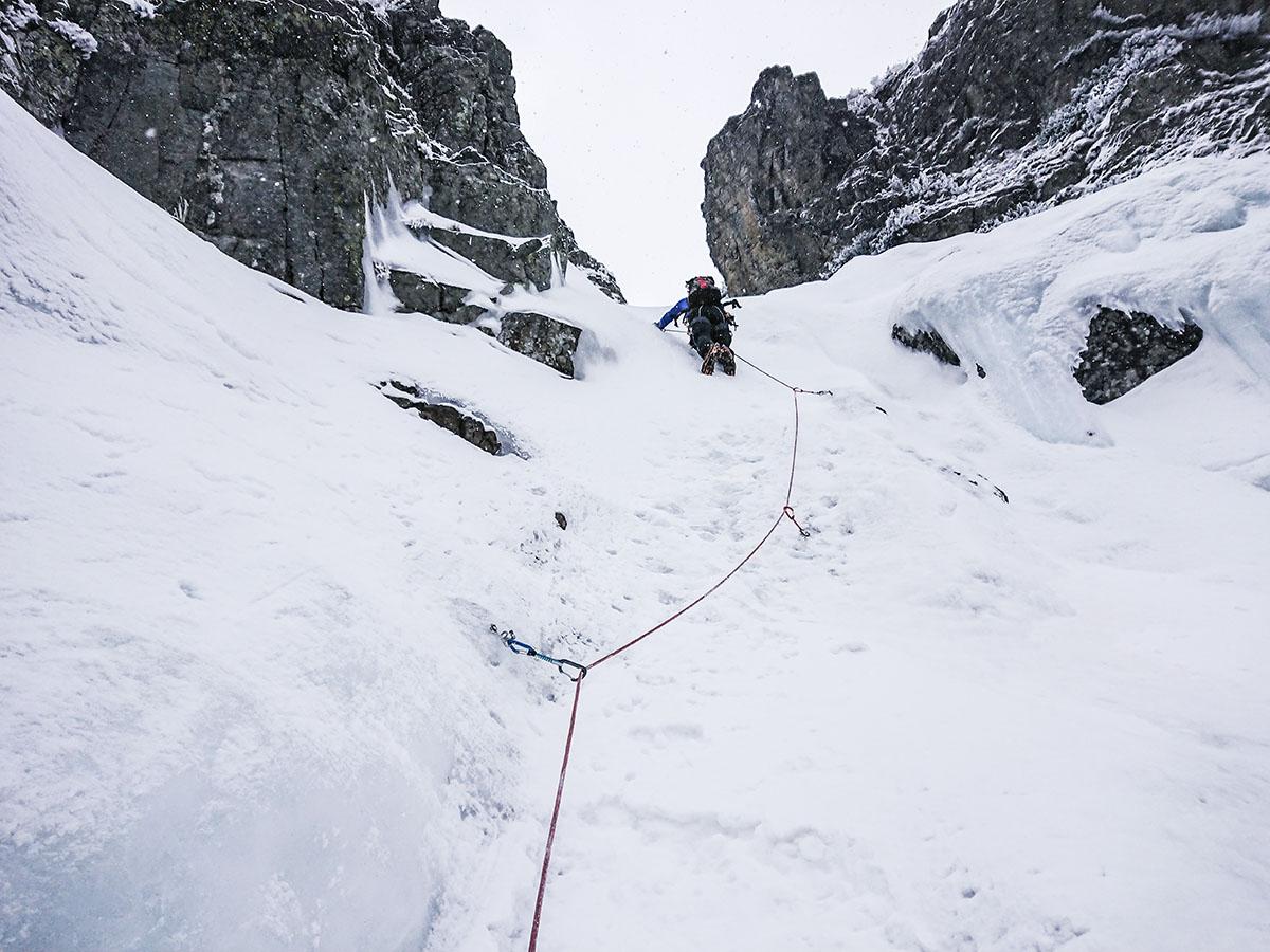 Veľký Mlynárov žľab polovica steny, lezenie ľadopádu